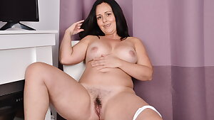 Canadian mature Brandii plays with her scorching slit