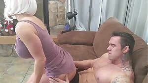 Milf with incredible Body fucks Bodybuilder!