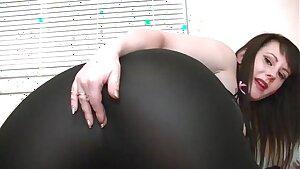 Jiggly farting ass