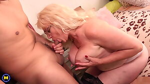 Mature mother with big booty seduces young guy